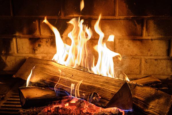 Prévenez la catastrophe d'un incendie en suivant ces conseils tout en préservant votre assurance habitation.
